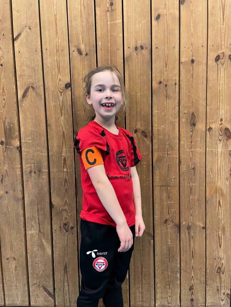 Nora Skog-Hauge Pedersen J2013<br /><br />Nora gjør hele tiden sitt beste på treninger. Hun er en kjempegod lagspiller som ikke bare spiller de andre gode, men som hjelper, trøster og oppmuntrer resten av gjengen. Nora går fram som et godt forbilde som tenker på andre før seg selv. Veldig bra jobbet!