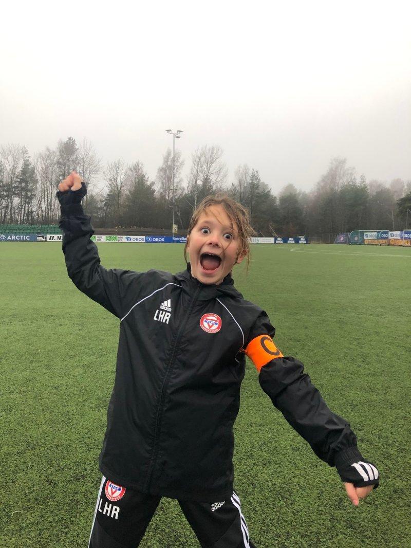 Lycke Heitmann Rognerud;Lycke blir kaptein fordi hun er flink til å se alle på trening. Hun gir gode tilbakemeldinger til medspillerne sine og heier og støtter dem alltid. Hun er ivrig og lærevillig. Hun er flink til og høre på trenerne og om det er noe som skal gjøres eller ryddes, så gjør Lycke det.